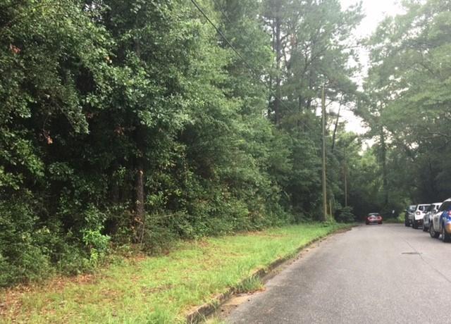 Police scoured the woods behind Oak Ridge Apartments Tuesdayafternoon. Photo: Alexa Knowles, FOX10 News