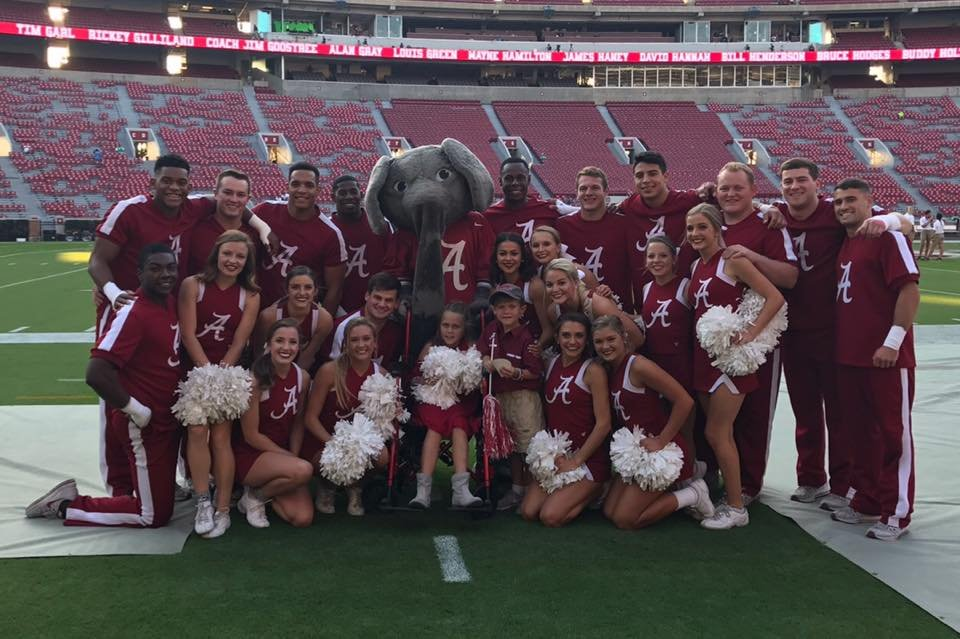 Aubreigh Nicholas gets a pictures with Alabama players and cheerleaders. (Photo courtesy @aubreighsarmy)