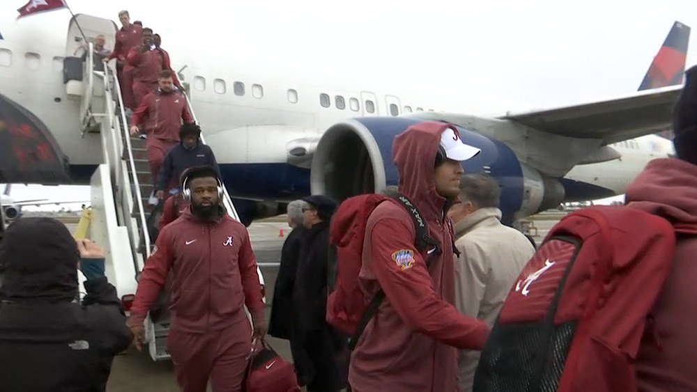 Alabama football players land in New Orleans. (Photo: Ronald Gaines, FOX10 News)